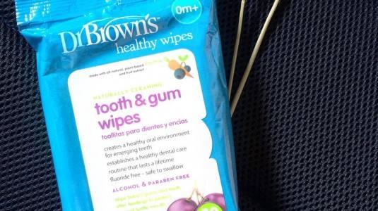 Merawat Gigi dan Gusi Anak Menggunakan Dr. Browns Tooth and Gum Wipes