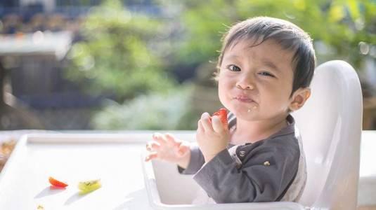 Cara Mengatasi si Kecil yang Suka Mengemut Makanannya