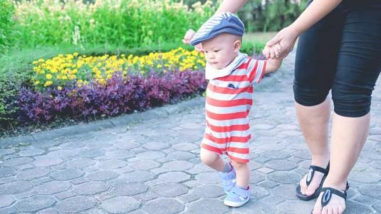 Benarkah Anggapan Bahwa Bayi Harus Bersepatu agar Kakinya Tumbuh Sempurna?