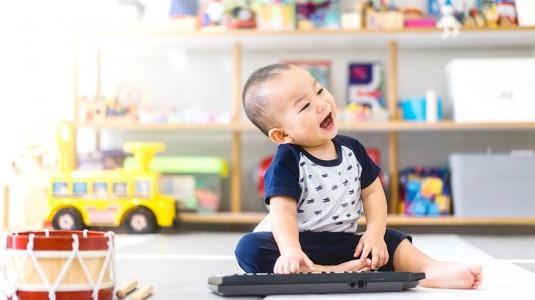 5 Manfaat Kelas Musik dan Sensorik Bayi