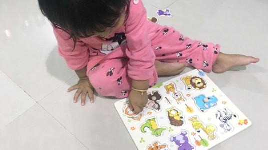 Stimulasi Anak Berumur 1 Tahun Dengan Knob Puzzle