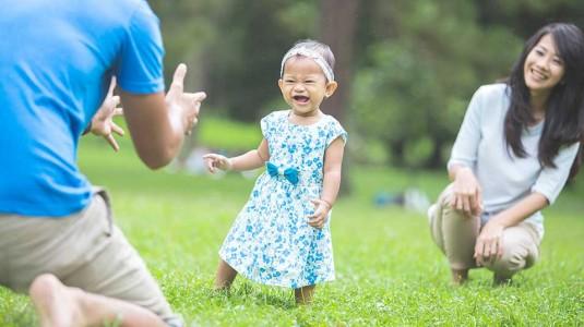 Kompak dengan Suami Melatih Anak Pandai Berjalan