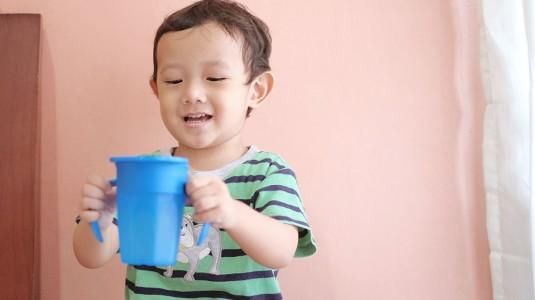 Tahapan Mengajarkan si Kecil Minum dari Gelas