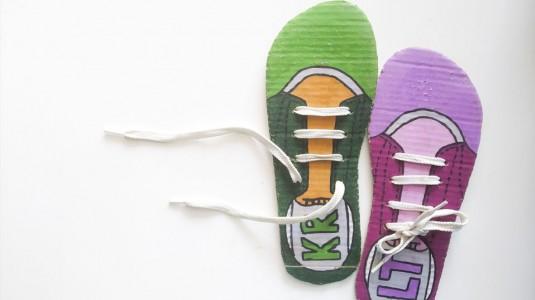 Ide Bermain untuk si Kecil: DIY Shoe Lacing Card