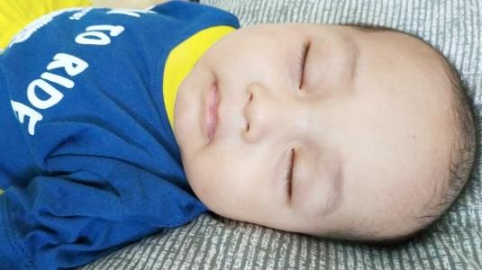 Betulkah Botol Susu Anti Kolik Membuat Tidur Bayi Lebih Nyenyak?