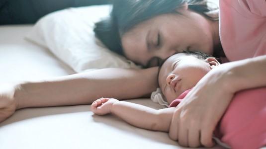 Say No to Begadang dengan Bayi Newborn Menggunakan 3 Tips Berikut