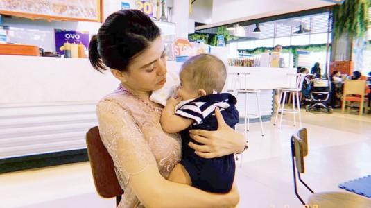 Kebanyakan Orang Menggendong Bayi di Sisi Kiri, Mengapa?