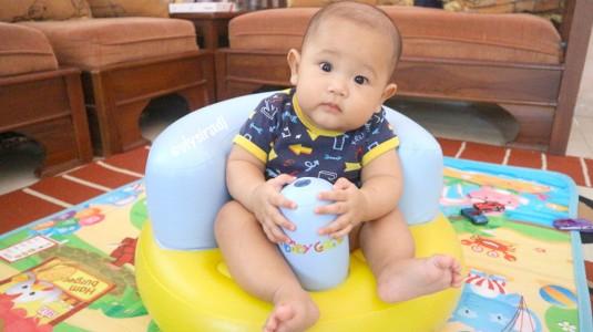 Melatih Bayi Duduk dengan Baby Grow: Inflatable Baby Chair