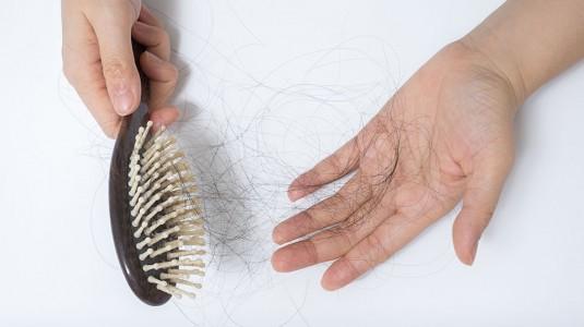 Tips Atasi Rambut Rontok Usai Melahirkan