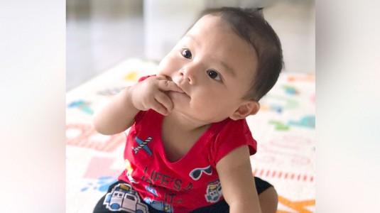 Mengapa Bayiku Senang Memasukkan Benda ke Mulutnya?