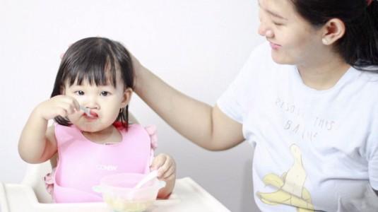 Cara Membuat Anak Makan Sendiri