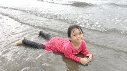 Refreshing Plus Belajar dengan Anak di Pantai