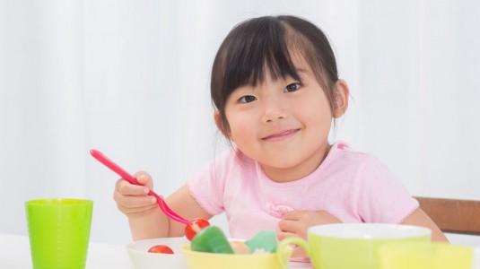 Mengajarkan Anak Makan Sendiri