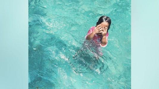 Hal yang Perlu Diperhatikan saat Mengajak Anak Berenang