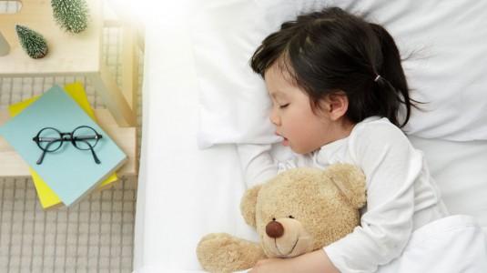 Ribet dengan Waktu Tidur si Kecil? Bisa Diatur kok Moms