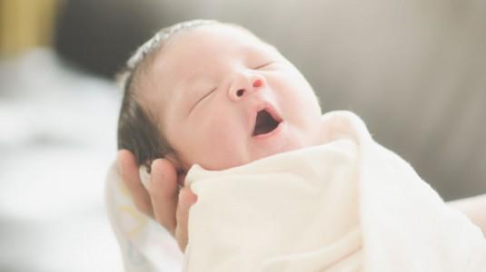 Membedong Bayi Supaya Kakinya Tidak O? Betul Tidak?