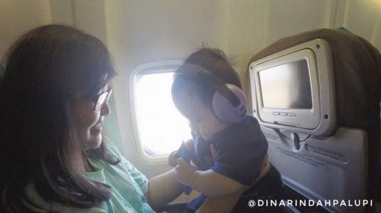 Tips Supaya Si Kecil Anteng Selama Penerbangan di Pesawat