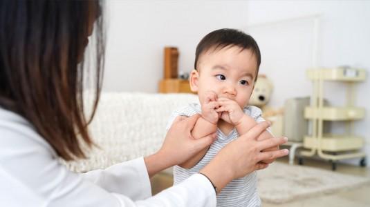 Tips Menghentikan Kebiasaan Si Kecil Menggigit Kuku Tangan atau Kaki