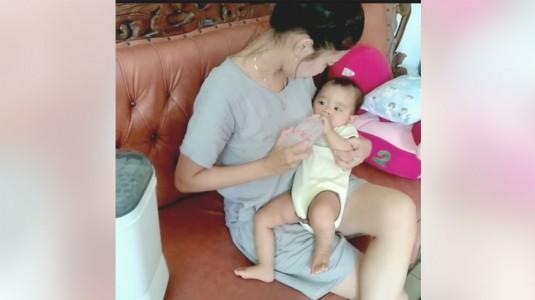 Si Kecil Tidur Nyenyak Dengan Botol Susu Anti Kolik