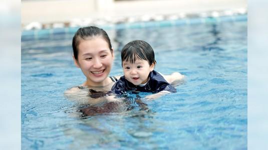 Kapan Bayi Boleh Diajak Berenang di Kolam Renang Umum?