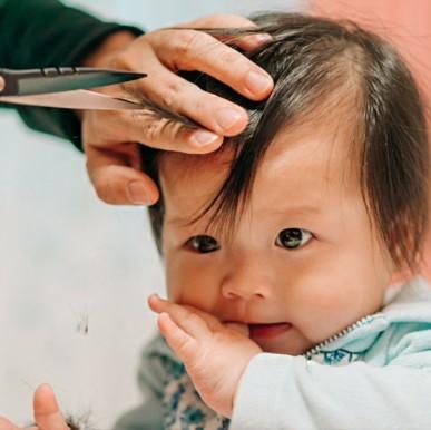 Menggunting Rambut si Kecil