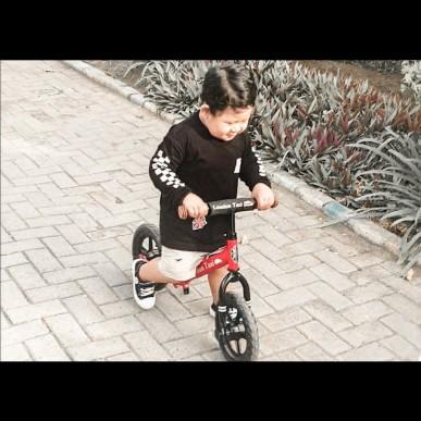 Melatih Motorik anak dengan Balance Bike