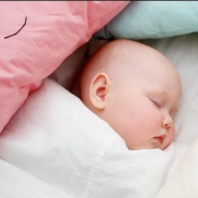 Apakah Bayi Newborn Memerlukan Bantal Tidur?