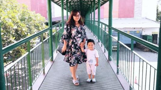Asiknya Olahraga di Rumah Bersama Si Kecil Ala Mama Dastan