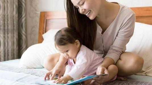 Manfaat Membacakan Buku Sejak Bayi