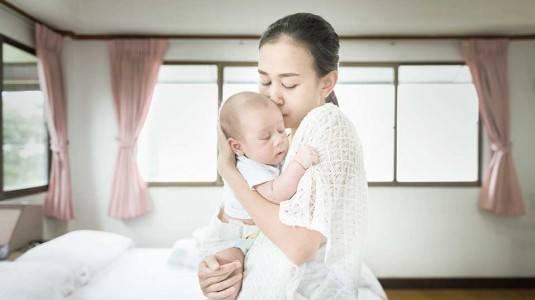Banyaknya Manfaat Menggendong Bayi