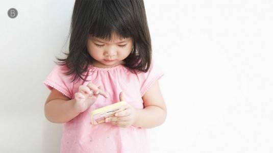 Mengatasi Efek Buruk Penggunaan Gadget pada si Kecil
