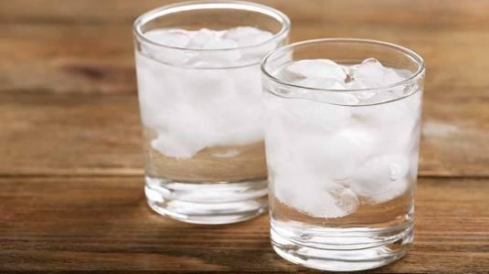 Mitos atau Fakta Ibu Menyusui Tidak Boleh Minum Es?