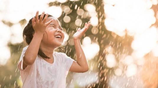 Bolehkah Anak Bermain Hujan-hujanan?