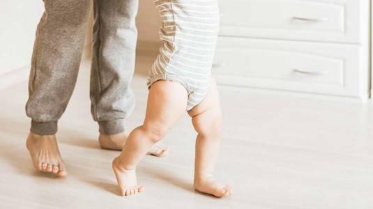 Kapan Idealnya Bayi Diberikan Stimulasi Berjalan?