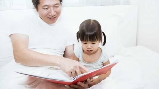 Kiat-Kiat Mengajarkan Anak Berbicara Menjelang Tidur