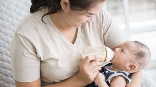 Memperkenalkan Botol Susu pada Bayi