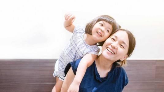 Si Kecil Selalu Menempel dengan Mamanya, Bagaimana Perkembangan Sosialnya?
