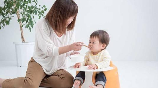 Benarkah Meniup Makanan Bayi Supaya Dingin Sebelum Makan?