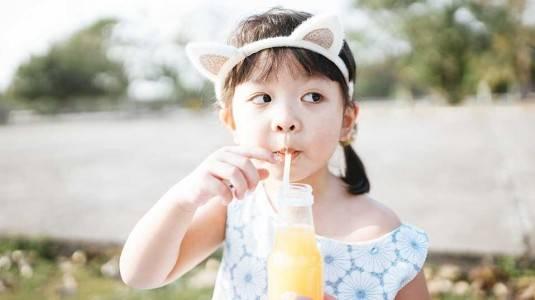 Bagaimana Mengajarkan Anak Minum dengan Sedotan?
